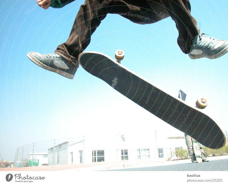fabian und sein rollbrett springen Sport Skateboarding kort cort Holzbrett Straße