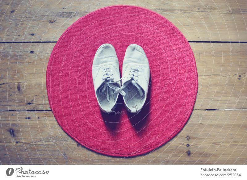 Barfuß I. kaufen Stil Fußmatte Schuhe Turnschuh Holz rund rot weiß Teppich Vorleger Parkett Dielenboden Tennisschuh Schleife Ordnung Flur aufräumen anziehen