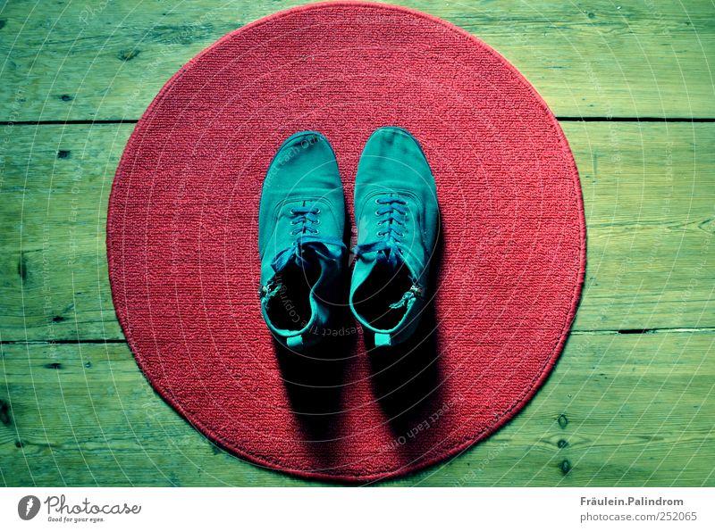Barfuß II. kaufen Stil Wohnung Fußmatte Schuhe Turnschuh Holz rund Sauberkeit blau grün rot Schuhbänder Reißverschluss türkis Teppich Parkett Flur aufräumen