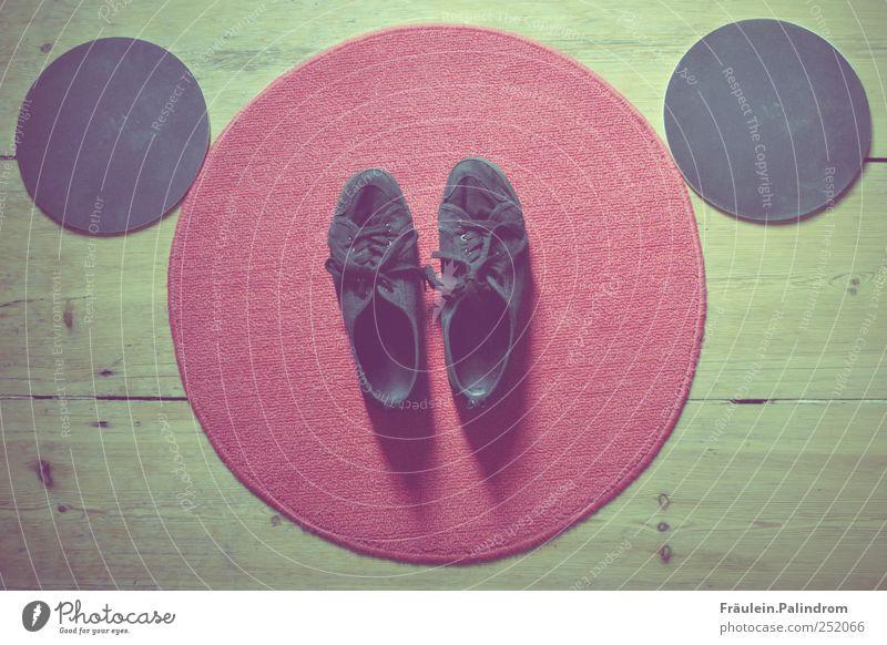 Barfuß III. rot schwarz Holz Stil klein Fuß Schuhe gehen laufen Ordnung Platz groß rund Flur Turnschuh Schleife