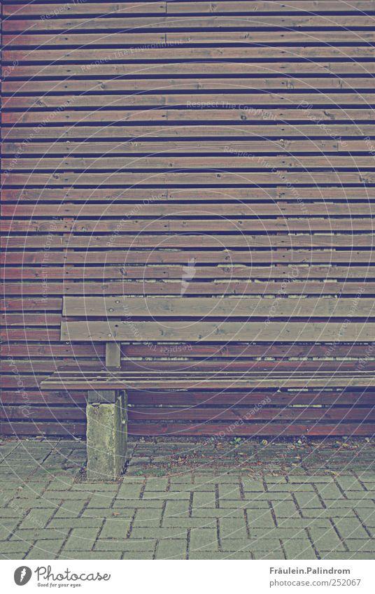 Sitzordnung. Menschenleer Mauer Wand Stein Holz eckig kalt sauer braun grau Zufriedenheit Erholung stagnierend Symmetrie Linearität Strukturen & Formen Ordnung
