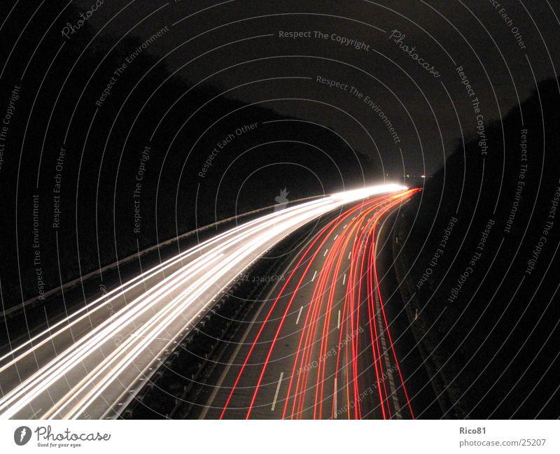 Autobahn bei Nacht Langzeitbelichtung Geschwindigkeit dunkel Verkehr