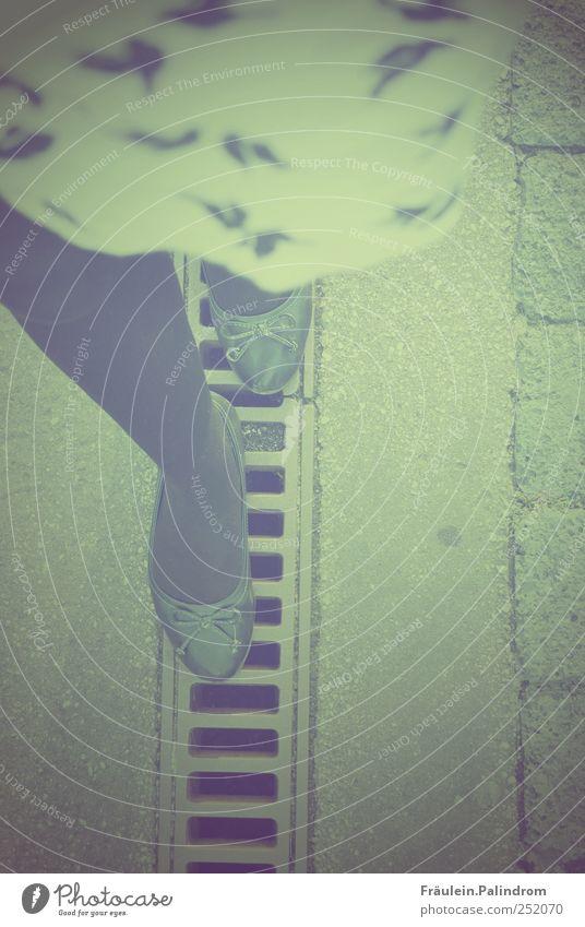 Balance. Beine Fuß 1 Mensch Rock Kleid Schuhe Ballerina Stein Beton Bewegung gehen laufen hell dünn Zufriedenheit Lebensfreude rein Gleichgewicht Schleife