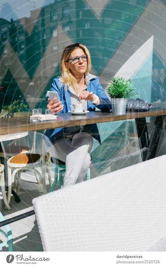 Arbeiterin beim Kaffeetrinken Lifestyle kaufen schön Tisch Erfolg Arbeit & Erwerbstätigkeit Telefon PDA Mensch Frau Erwachsene Pflanze blond Denken sitzen
