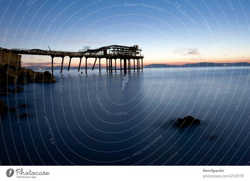 Renovierungsbedürftig Himmel Natur Wasser alt blau Meer Küste Metall kaputt Schönes Wetter Schifffahrt Ruine Industrieanlage Bergbau Wolkenloser Himmel