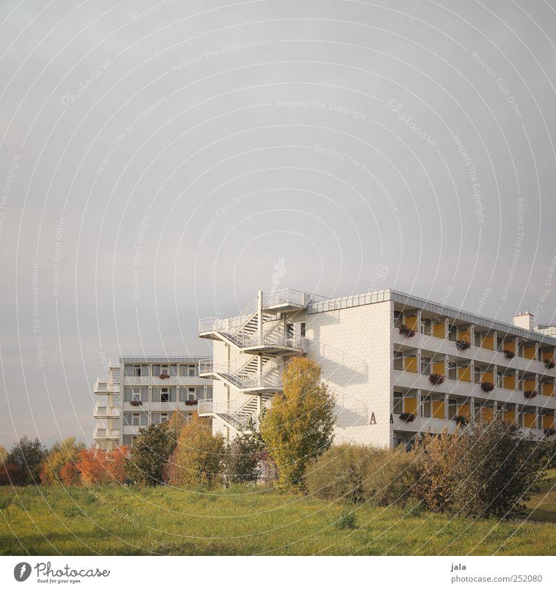 A Umwelt Natur Himmel Gras Sträucher Wiese Haus Bauwerk Gebäude Architektur Treppe Fassade Balkon Fenster Stadt Farbfoto Außenaufnahme Menschenleer