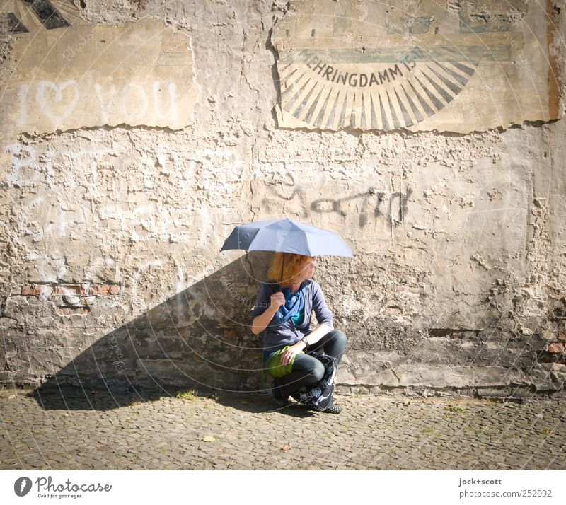 Frau Sonnenschein Mensch alt Freude Erwachsene Leben Wand Graffiti Stil Mauer Stein hell braun elegant Zufriedenheit 45-60 Jahre
