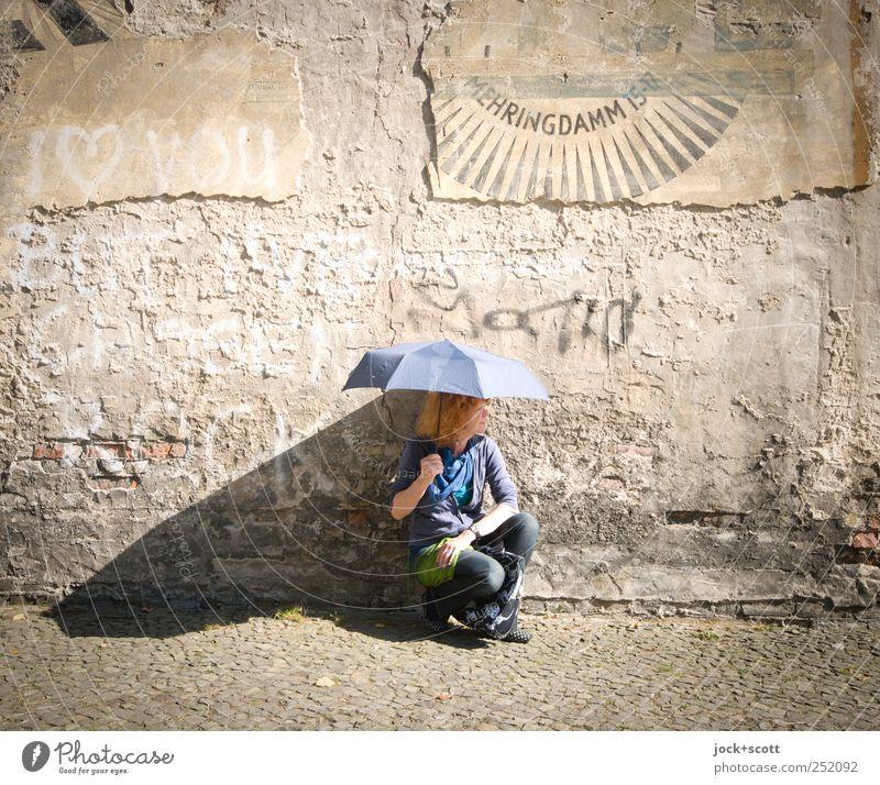 Frau Sonnenschein Mensch Frau alt Freude Erwachsene Leben Wand Graffiti Stil Mauer Stein hell braun elegant Zufriedenheit 45-60 Jahre