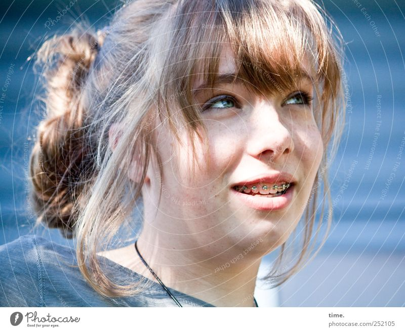 selbstbewusst schön Haare & Frisuren Gesicht feminin Junge Frau Jugendliche 1 Mensch T-Shirt Zahnspange blond langhaarig Pony Zopf beobachten lachen Blick