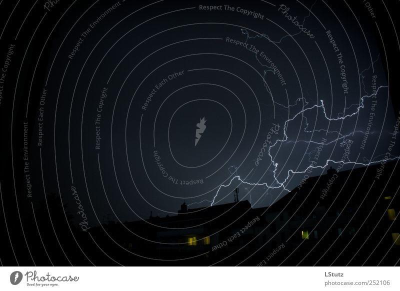 externer blitz blau weiß schwarz gelb Elektrizität bedrohlich Blitze Unwetter Gewitter Nachthimmel elektrisch Naturgewalt Wetterumschwung Unwetterwarnung