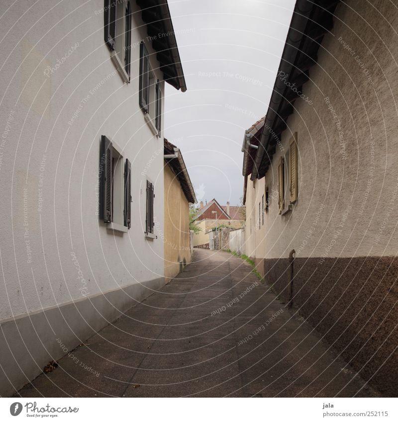 gassi gehen Himmel Dorf Haus Bauwerk Gebäude Architektur Mauer Wand Fassade Fenster Wege & Pfade Gasse Stadt eng Farbfoto Außenaufnahme Menschenleer Tag