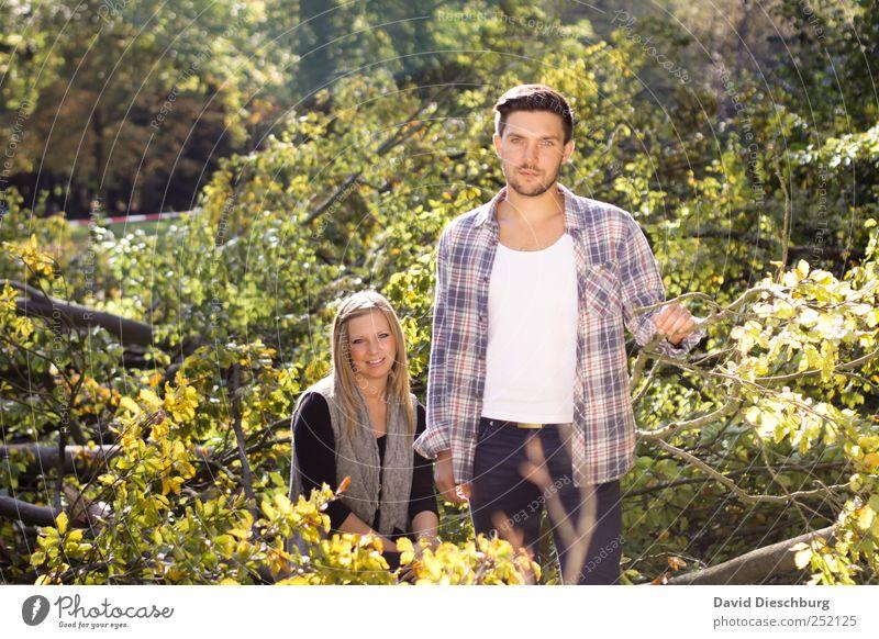 Herbstkollektion maskulin Junge Frau Jugendliche Junger Mann Paar Partner Leben 2 Mensch 18-30 Jahre Erwachsene Natur Pflanze Sommer Baum Blatt Grünpflanze grün