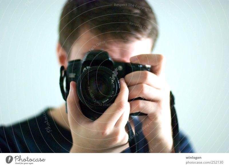 - Fotograf Fotografie Fotografieren Fototechnik Fotokamera Objektiv Linse Digitalfotografie Mensch maskulin Junger Mann Jugendliche Erwachsene Leben Haut Kopf