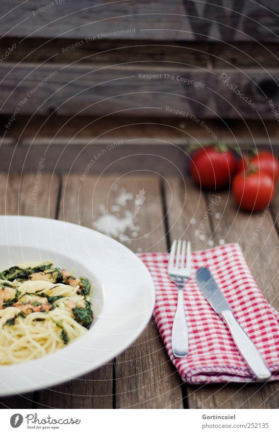 Nudelgericht Ernährung Lebensmittel Gemüse lecker Teller Abendessen Bioprodukte Nudeln Mittagessen Backwaren Tomate Gabel Messer Teigwaren Besteck Meeresfrüchte