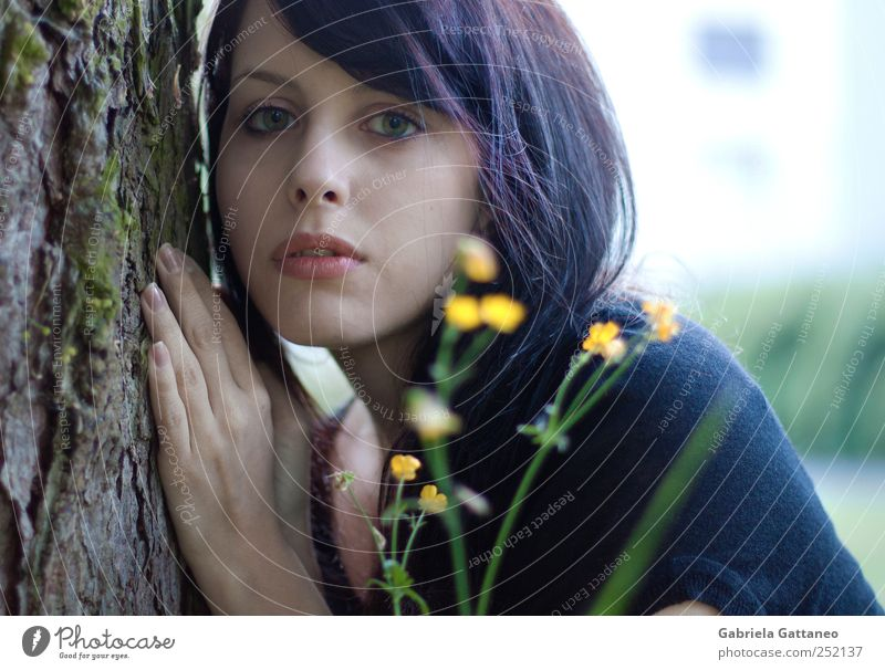 Porträt feminin Kopf Hand 1 Mensch 18-30 Jahre Jugendliche Erwachsene Umwelt Natur Baum Blume Holz schön violett Stimmung Sinnesorgane sehen betrachten Vorbau