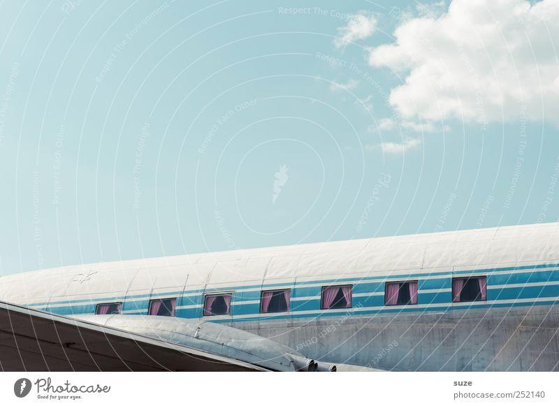 Frauenflieger Himmel alt blau Wolken Umwelt lustig Flugzeug Luftverkehr Streifen retro außergewöhnlich Flugzeugfenster Tragfläche Schönes Wetter Nostalgie Gardine
