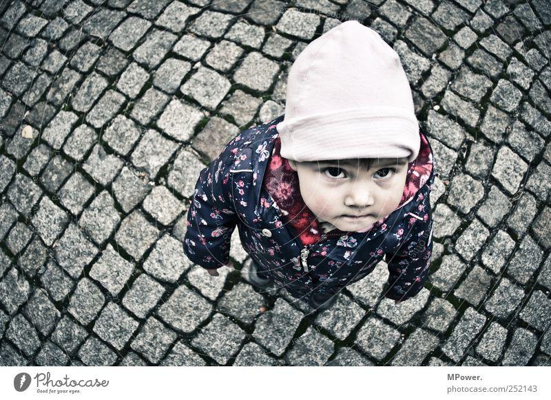 ...wenn ich mal groß bin... Kind Mädchen Kindheit Kopf 1 Mensch 1-3 Jahre Kleinkind Straße frieren klein blau rosa Blick Auge Mütze Jacke Pflastersteine