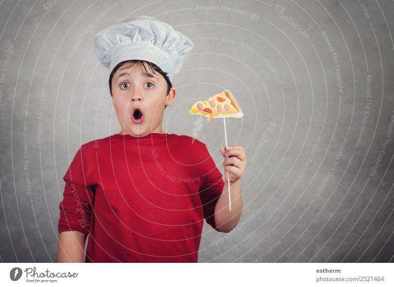 lustiges Kind isst eine Scheibe Pizza Lebensmittel Käse Ernährung Mittagessen Abendessen Diät Fastfood Italienische Küche Lifestyle Freude Glück Restaurant