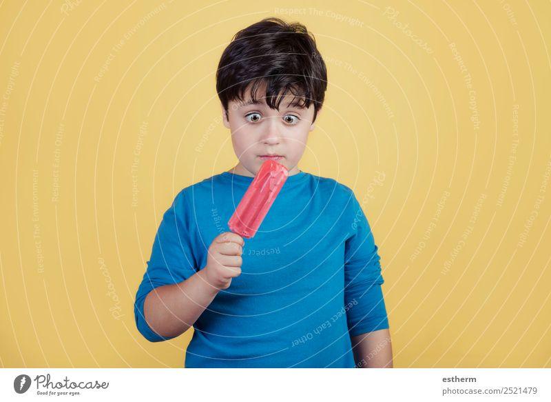 kleiner Junge mit Erdbeereiscreme Frucht Speiseeis Ernährung Essen Diät Lifestyle Freude Sommer Mensch maskulin Kleinkind Kindheit 1 8-13 Jahre festhalten