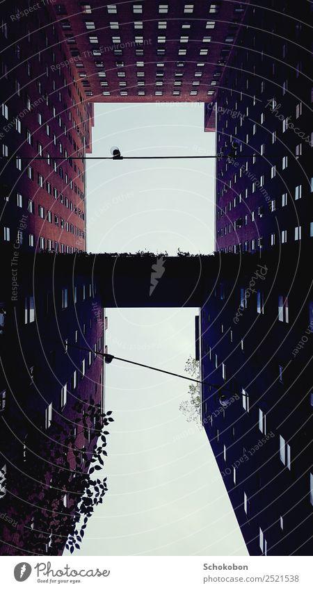 up Städtereise Haus Architektur Stadt Hauptstadt Stadtzentrum Hochhaus Gebäude Mauer Wand Fassade Balkon Fenster beobachten Häusliches Leben hoch Höhenangst