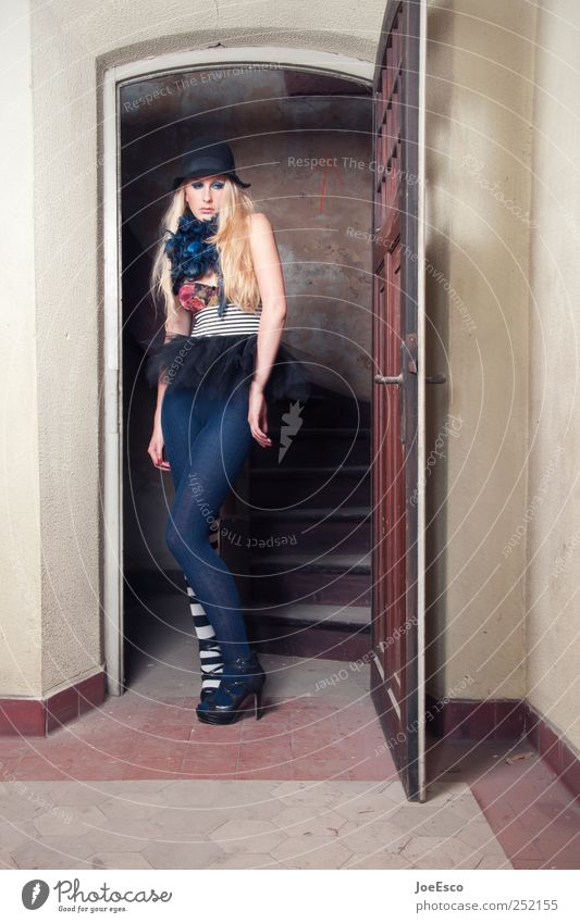 #252155 Frau Jugendliche Gefühle Erwachsene Stil Traurigkeit träumen Mode Tür blond Raum warten wild Coolness einzigartig Hut