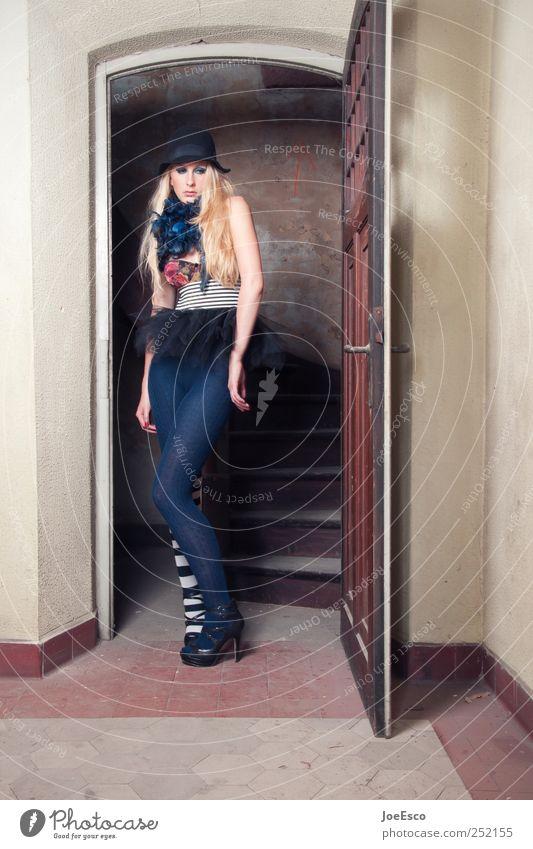 #252155 Stil Raum Junge Frau Jugendliche Erwachsene Strümpfe Strumpfhose Accessoire Hut blond langhaarig träumen Traurigkeit warten Coolness trendy einzigartig
