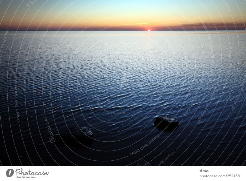 Letztes Licht Himmel Wasser blau Sonne Meer Ferne Stein Küste Wellen Horizont Sehnsucht Nordsee Abenddämmerung Nordseeküste