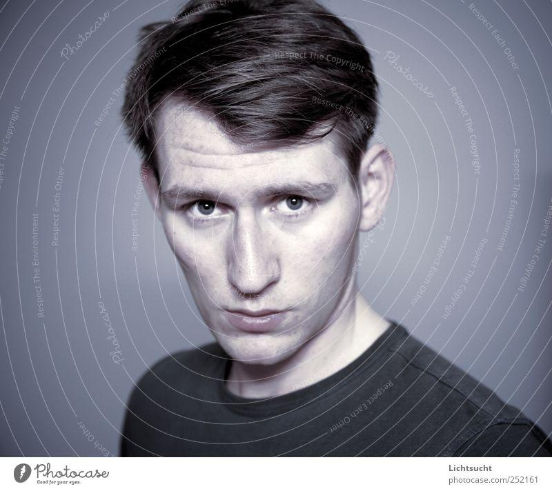 Nachtblind maskulin Junger Mann Jugendliche Gesicht 1 Mensch 18-30 Jahre Erwachsene beobachten Denken Blick gruselig trashig trist blau grau Wachsamkeit