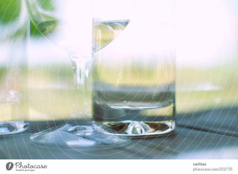 Dohle auf Bohle an Mole. Mit Bowle. Zum Wohle. Wasser Sommer Erholung Garten Luft träumen Glas glänzend Getränk leer Wein Schönes Wetter genießen Alkoholisiert Doppelbelichtung Alkohol