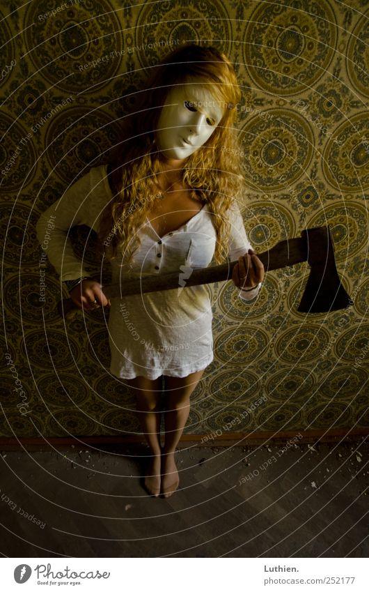 Scary Girl Axt Ruine Kleid Maske langhaarig Jagd Spielen stehen Aggression außergewöhnlich bedrohlich blond dreckig dunkel gruselig trashig verrückt feminin Wut