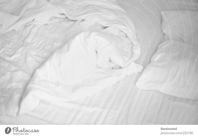 Bonjour! Wohnung Bett Schlafzimmer hell weiß Bettlaken Bettdecke Kopfkissen Bettwäsche schlafen aufwachen Morgen aufstehen Schwarzweißfoto Innenaufnahme