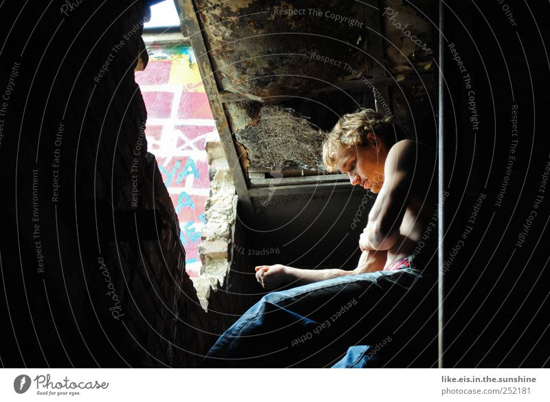 gedankenverloren Mensch Jugendliche Einsamkeit Erwachsene Leben Haare & Frisuren Kopf Traurigkeit Junger Mann blond Kraft 18-30 Jahre Arme Haut maskulin Coolness