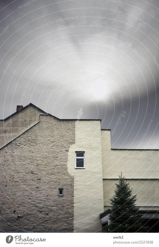 Chefposten Himmel Wolken Baum Kleinstadt Stadt bevölkert Haus Mauer Wand Fassade Fenster Dach Schornstein Giebelseite Dachgiebel eckig hoch oben Putzfassade