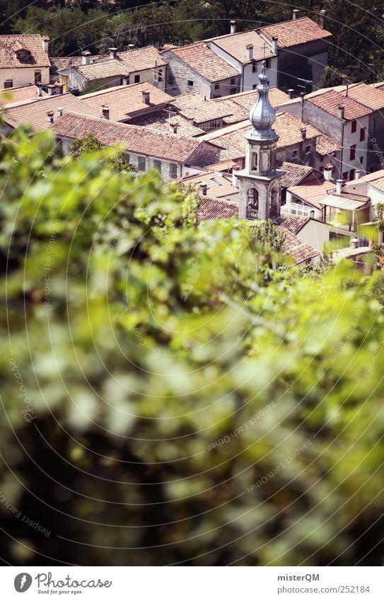 Weinsdorf. Umwelt Klima ästhetisch Weinberg Weinlese Weinbau Dorf Italien Italienisch Berghang steil Bergdorf Urlaubsort Dach Kirchturm Idylle abgelegen grün