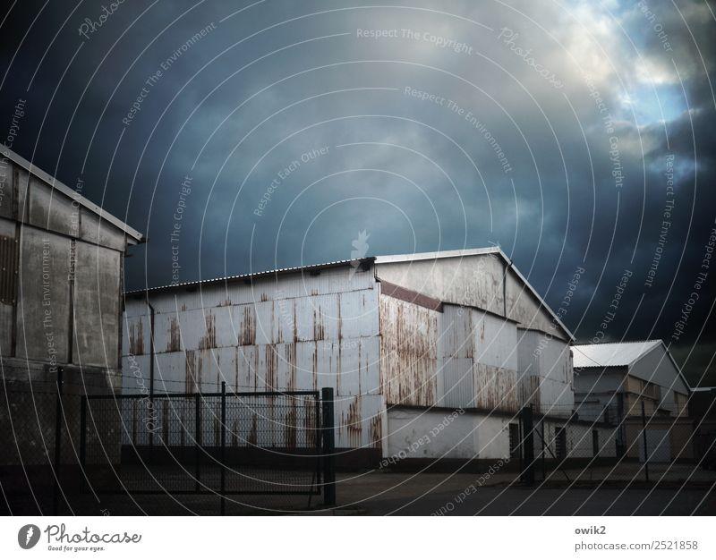 Depot Himmel Wolken Wellblechwand Lagerhalle Metall alt bedrohlich dunkel Farbfoto Gedeckte Farben Außenaufnahme Menschenleer Textfreiraum links