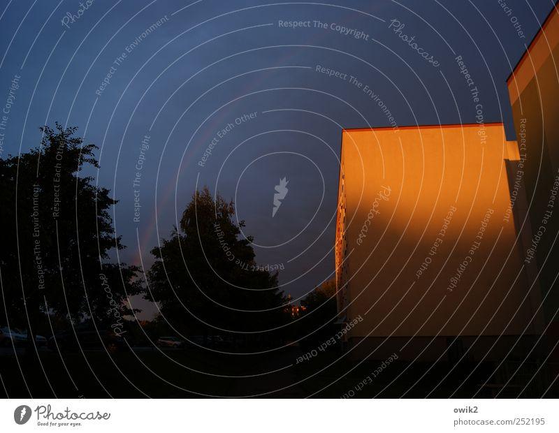 Ostblock Häusliches Leben Umwelt Natur Pflanze Himmel Wolken Klima Schönes Wetter Baum bevölkert Haus Mauer Wand Fassade leuchten dunkel eckig einfach fest groß