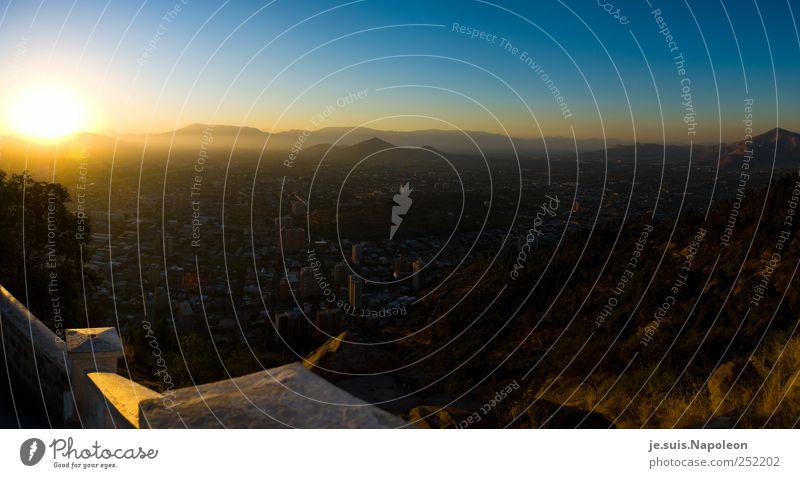 Sonne über Santiago Wolkenloser Himmel Horizont Sonnenaufgang Sonnenuntergang Sonnenlicht Sommer Schönes Wetter Santiago de Chile Südamerika Stadt Hauptstadt
