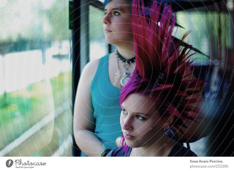 kultur. Mensch Jugendliche Erwachsene Gesicht feminin Haare & Frisuren wild außergewöhnlich 18-30 Jahre nachdenklich Junge Frau Bus Punk Personenverkehr
