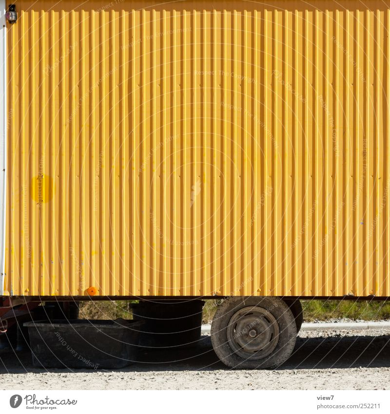 Wagen gelb Baustelle Güterverkehr & Logistik Mauer Wand Verkehr Verkehrsmittel Fahrzeug Bauwagen Anhänger Metall Linie Streifen alt authentisch einfach Beginn