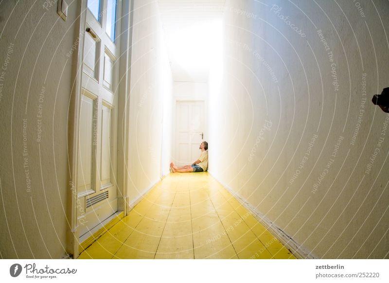 Flur Mensch dunkel Erwachsene sitzen warten Wohnung maskulin Häusliches Leben 45-60 Jahre Ende eng Gang