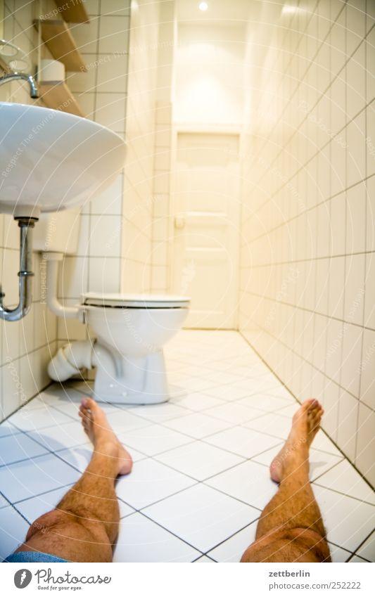 Bad Häusliches Leben Wohnung Raum Küche Mensch Beine Fuß 1 45-60 Jahre Erwachsene Haus Mauer Wand Tür Traurigkeit kalt trist weiß allein bein Fliesen u. Kacheln