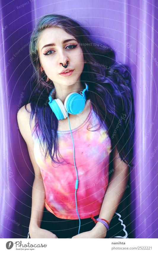 Alternative junge Frau beim Musikhören Lifestyle Stil Design Freizeit & Hobby Headset Kopfhörer Technik & Technologie Unterhaltungselektronik Mensch feminin