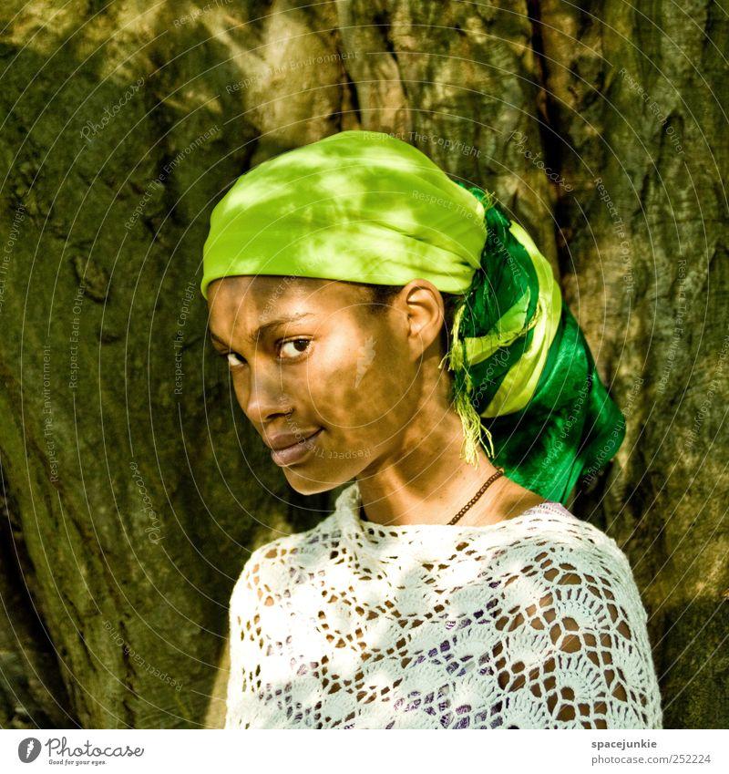 shadows of light Mensch Frau Natur Jugendliche grün Baum Pflanze ruhig Erwachsene gelb feminin Junge Frau Zufriedenheit 18-30 Jahre Hoffnung beobachten