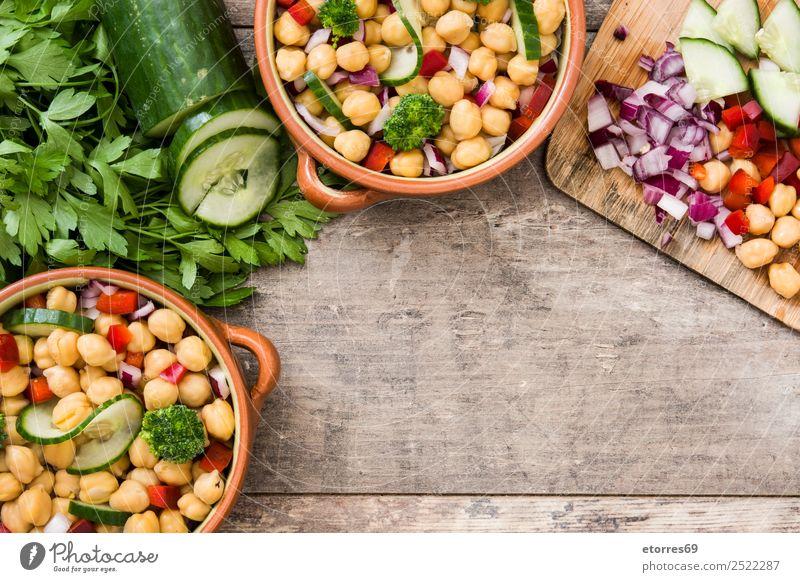 Kichererbsensalat in brauner Schüssel auf Holz Salatbeilage Gurke Salatgurke Zwiebel Brokkoli Gemüse Vegane Ernährung Vegetarische Ernährung Paprika Pfeffer