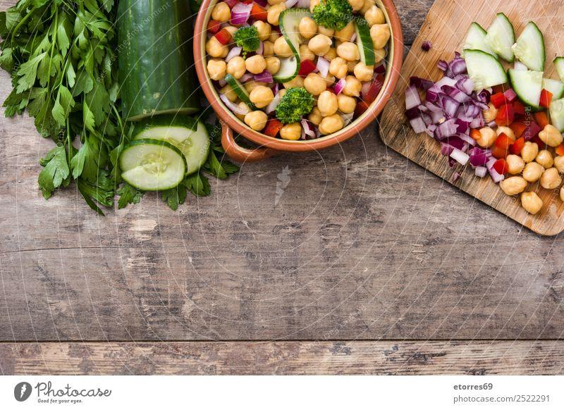 Kichererbsensalat isoliert auf Holz Lebensmittel Gemüse Ernährung Mittagessen Vegetarische Ernährung Diät Gesundheit Gesunde Ernährung frisch weiß Salatbeilage