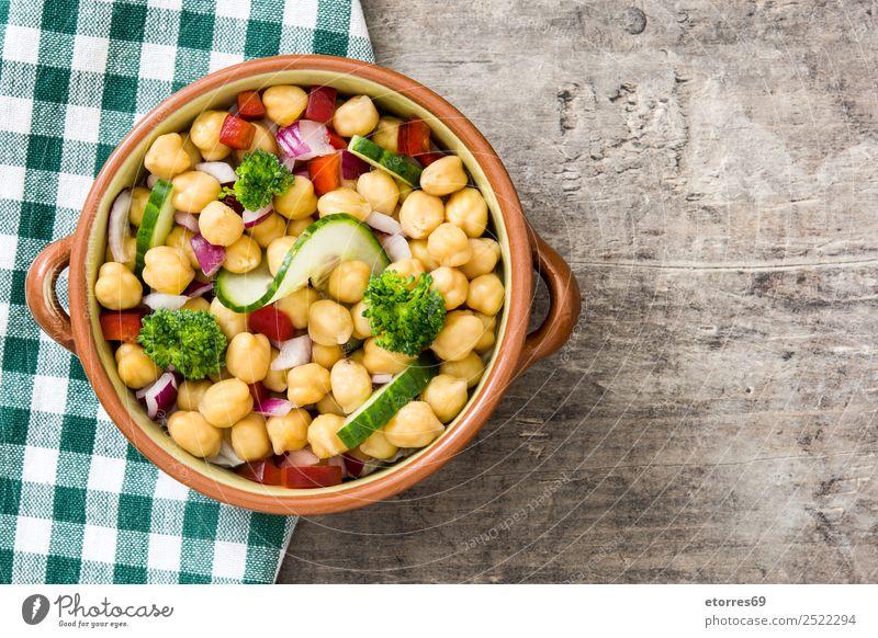 Kichererbsensalat in Schüssel auf Holzuntergrund Salatbeilage Gurke Salatgurke Zwiebel Brokkoli Gemüse Vegane Ernährung Vegetarische Ernährung Paprika Pfeffer