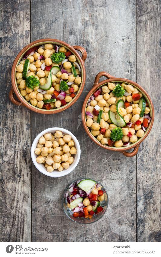 Kichererbsensalat in Schüssel auf Holzuntergrund Lebensmittel Gemüse Ernährung Mittagessen Vegetarische Ernährung Diät Schalen & Schüsseln Gesundheit