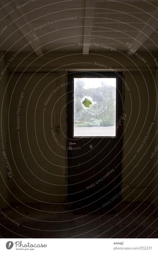 Tatort. Haus dunkel Fenster Tür kaputt Gewalt Loch Industrieanlage Kriminalität Scherbe Vandalismus Tatort Zerbrochenes Fenster