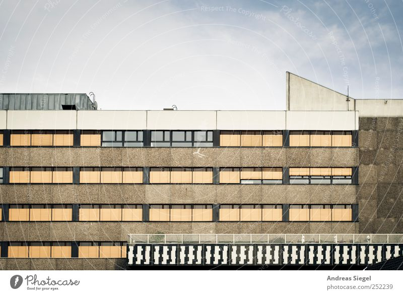 Westhafen light alt Einsamkeit Haus Fenster Architektur Gebäude Linie Fassade Beton trist Streifen Bauwerk Terrasse Jalousie verdunkeln