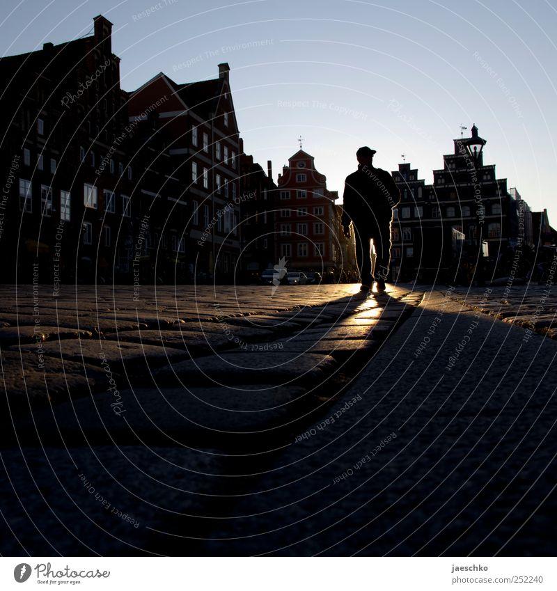 xy Mensch Mann Stadt Einsamkeit dunkel Erwachsene Angst Platz maskulin bedrohlich gruselig Gewalt Stadtzentrum anonym Aggression Marktplatz